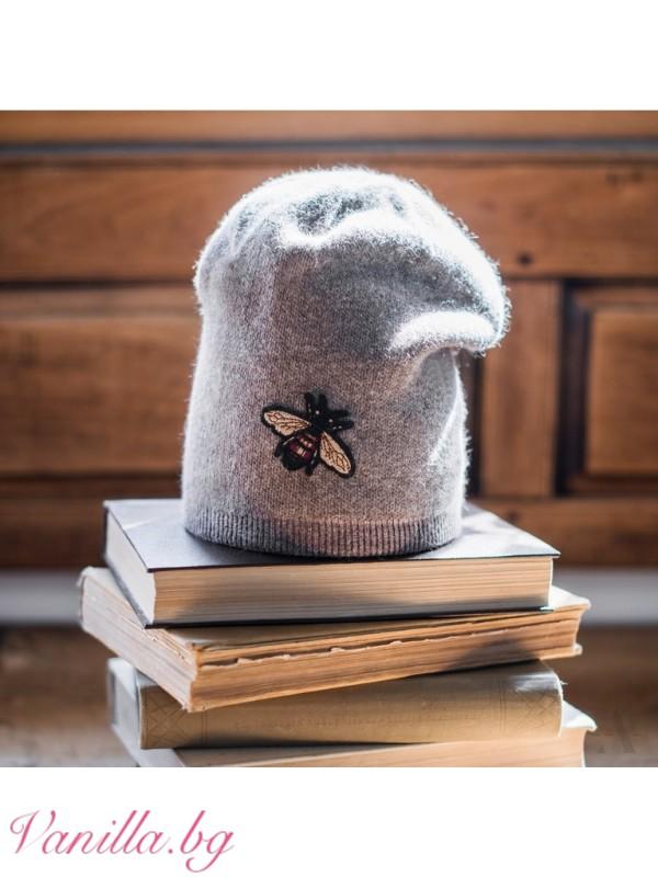 Шапки - Дамска шапка с пчеличка