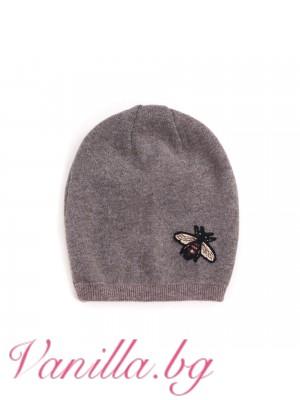 Дамска шапка с пчеличка