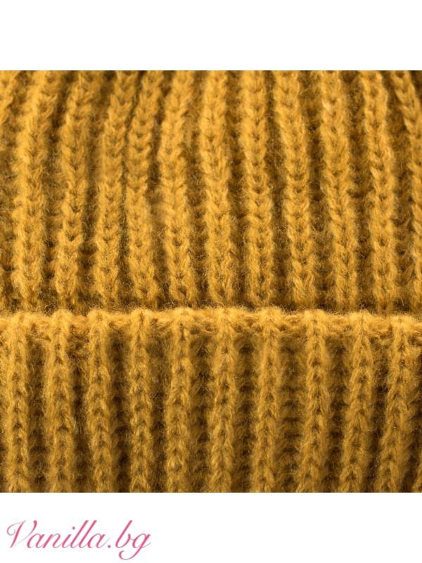 Шапка с помпон в цвят горчица