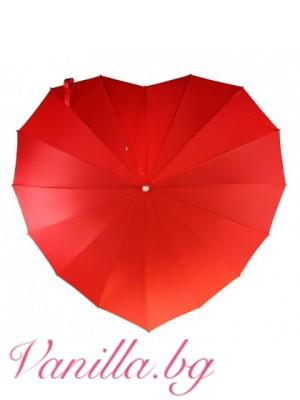 Червен чадър с форма на сърце