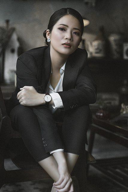 жена в елегантен костюм