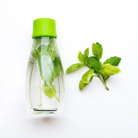 стъклена бутилка за вода
