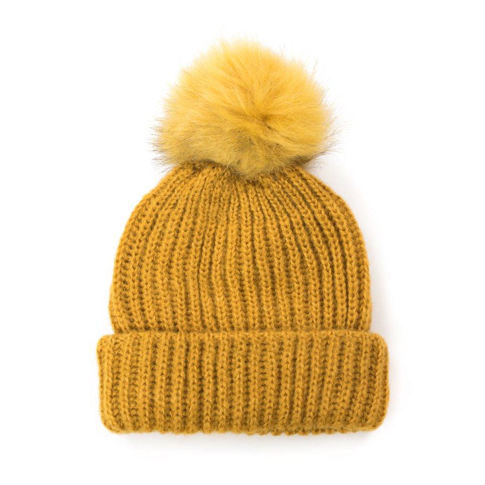 жълта шапка с помпон